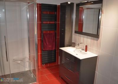 Salle de bain rouge et chocolat